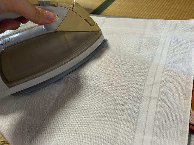 シルク100%のネクタイに当て布をしてアイロンをした
