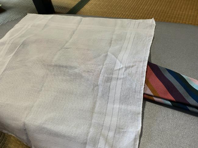 シルク100%のネクタイに当て布をする
