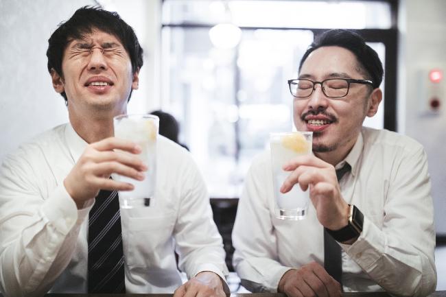 ネクタイが汚れるリスクを知りながら飲み会を開く男性たち