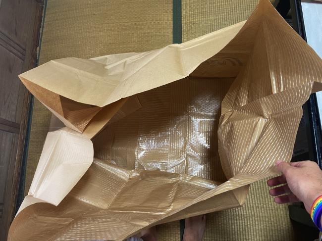 しももとクリーニングの配送キットの布団入れを上から