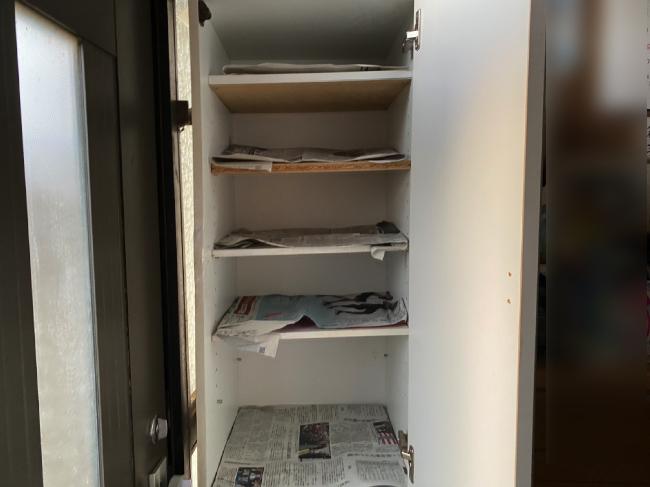 靴に新聞紙を詰めておく下駄箱に新聞紙を敷き詰める