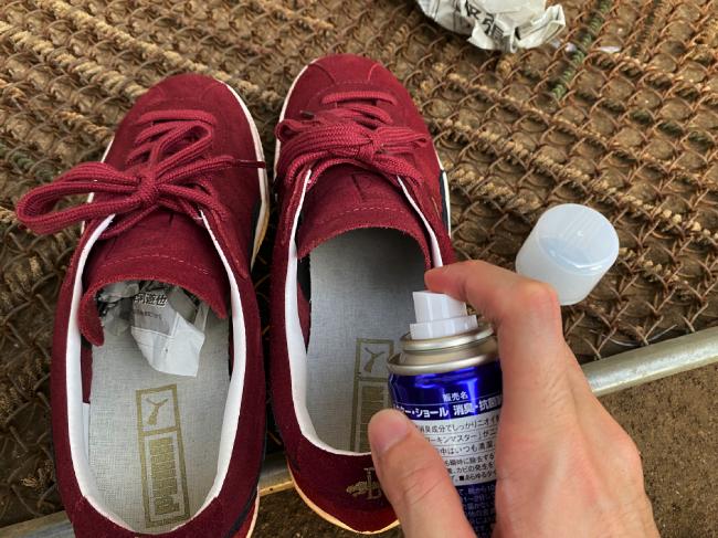 消臭スプレーを靴に