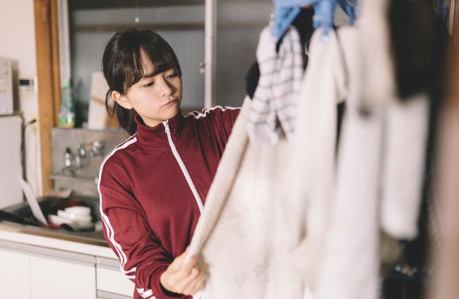 洗濯をする女子