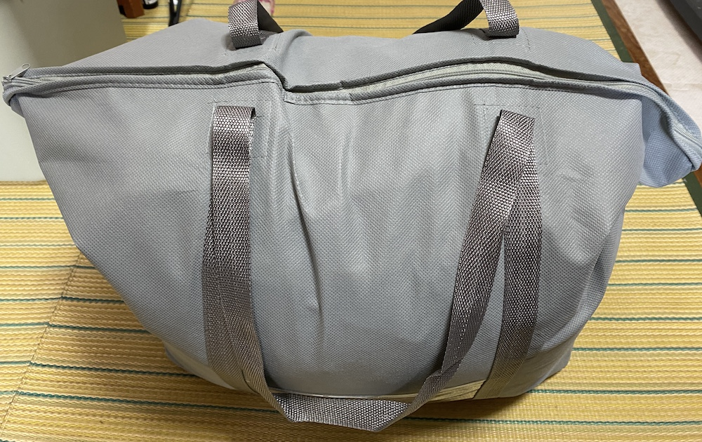 クリーニングモンスターの配送バッグに衣類を詰め込んだ